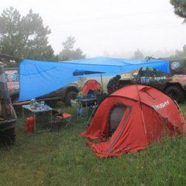 Палатки под дождем