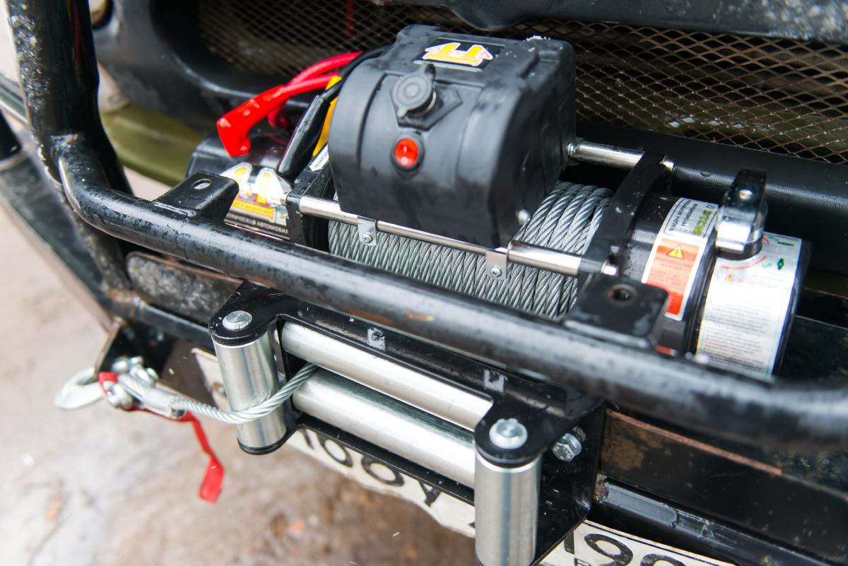 Лебедка на внедорожнике с проводным пультом управления