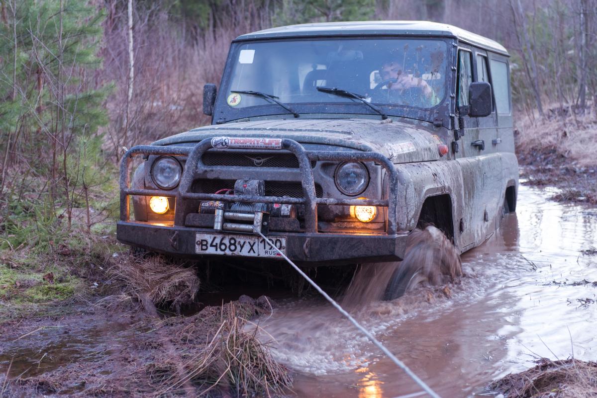 УАЗ на лебедке в болоте